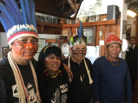 De izquierda a derecha: Ivandro Tupã, liderança Guarani MBYA de Jaraguá, São Paulo; Sonia Guajajara, liderança da Articulaço dos Povos Indígenas do Brasil (APIB); Elizeu Lopes, liderança Guarani Kaiowá, do Mato Grosso do Sul; Cacique Celso Tawé, liderança Munduruku. Fotografía de Global Witness.