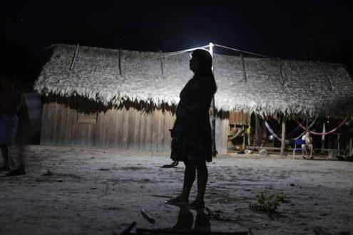 Las comunidades indígenas y campesinas viven en la incertidumbre porque no se respeta sus vidas ni su territorio. En la imagen se ve la silueta de una mujer de la comunidad indígena Ka'apor de la Reserva de Alto Turiaçu. Fotografía de Lunae Parracho/Global Witness