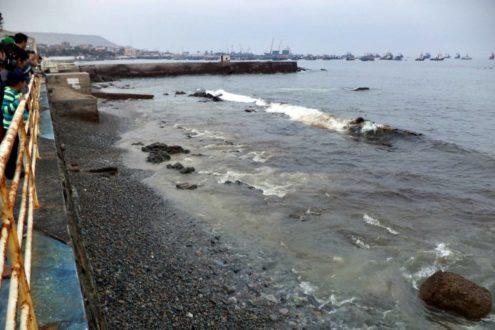 El derrame no pasó desapercibido por la población local. Fotografía de la Municipalidad Provincial de Ilo.