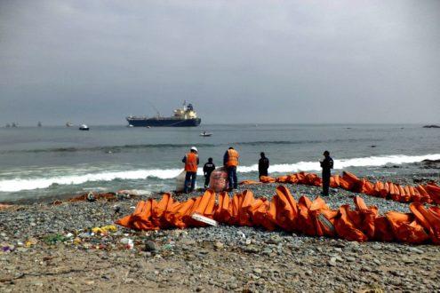 Funcionarios de la empresa 'Consorcio Terminales' ayudaron a funcionario del Estado para tratar de contener el derrame. Fotografía de la Municipalidad Provincial de Lima.