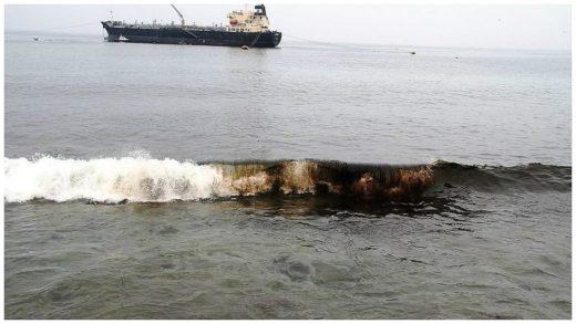 El mar del Puerto de Ilo contaminado. Fotografía de la Municipalidad Provincial de Ilo.