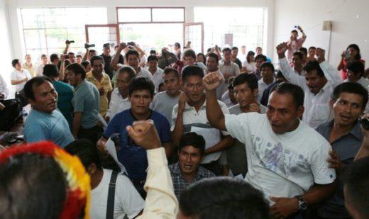 Celebración indígena al momento de la lectura de la sentencia. Fotografía de David Huamaní/La República.