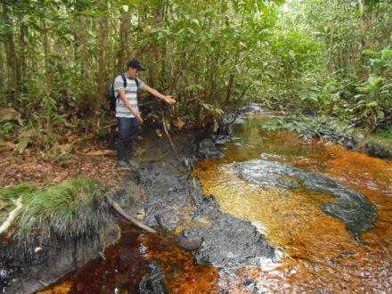 Fotografía del río Morona luego del derrame de petróleo. Fotografía de Fediquep.