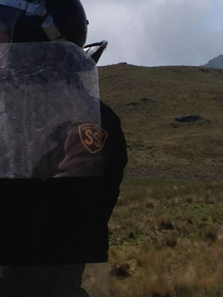 Seguridad privada con escudos. Fotografía de Mirtha Vásquez.