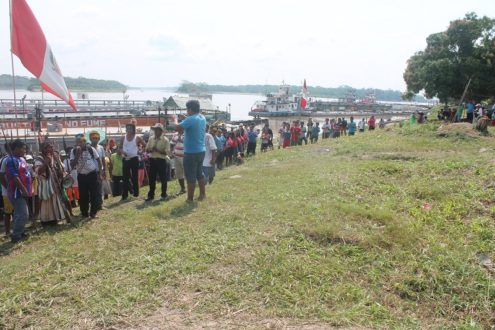 Pueblos indígenas bloquean el paso de embarcaciones petroleras. Fotografía de José Fachín/Feconat.
