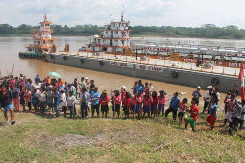 Pueblos indígenas bloquean ingreso de embarcaciones petroleras. Fotografía de José Fachin/Feconat.