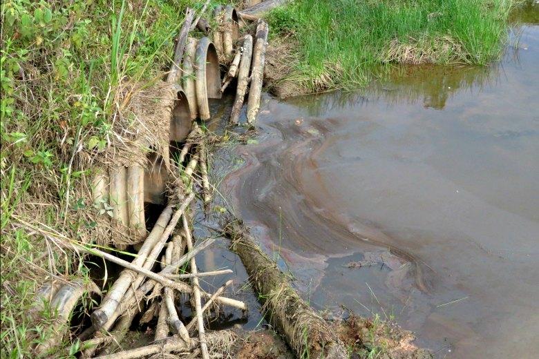 Tubos grandes que transportan las aguas de producción en la laguna Ullpayacu. Fotografía de Milton López.