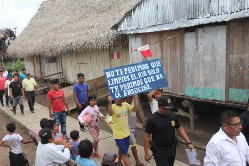 Los residentes de Nueva Alianza, en el noreste de la Amazonía peruana, caminan hacia la casa comunal donde los líderes de la comunidad y los pobladores se reunieron con los negociadores del Gobierno, el pasado 31 de agosto, para acabar con los desacuerdos y empezar la limpieza de los dos derrames de petróleo que se produjeron el 21 de ese mismo mes. Foto de Barbara Fraser.