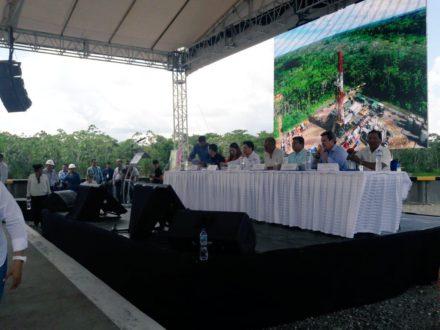 Ceremonia de inauguración en el campo Tiputini. Al fondo, una imagen en la que se ve el entorno amazónico. Foto de la cuenta oficial de Twitter de l Ministerio de Hidrocarburos.