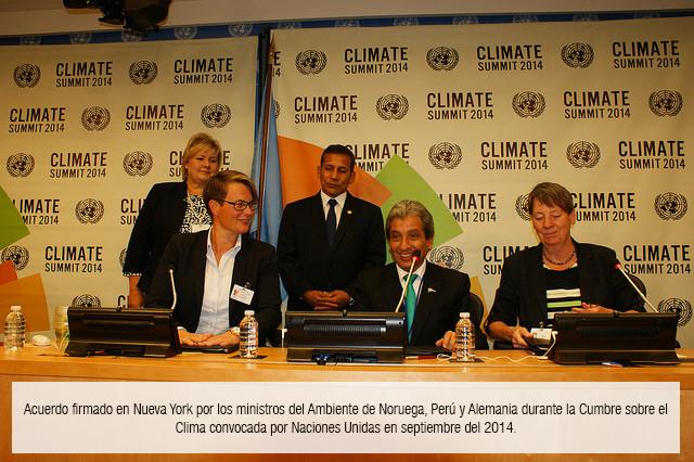 En el centro está el exministro de Ambiente, Manuel Pulgar Vidal; a los lados las representantes de Noruega y Alemania. Fotografía del Ministerio del Ambiente.
