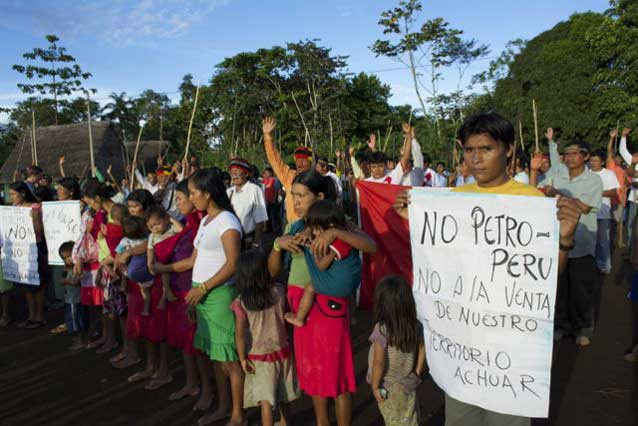 Protesta del pueblo ashuar que exige el retiro de la actividad petrolera y la nulidad del lote 64 y otros de su territorio. Fotografía de Amazon Watch.