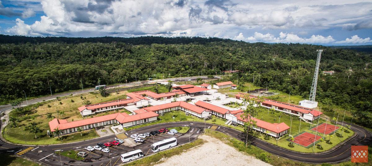 La Universidad Regional Amazónica IKIAM, palabra que significa selva en la lengua Shuar, está ubicada dentro del corazón de la Amazonía ecuatoriana.