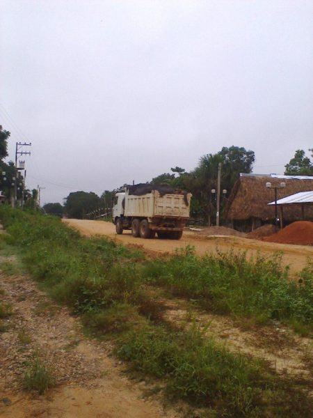 Camión trasladando madera talada. Fotografía: Iván Flores.
