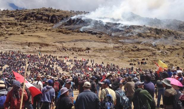 Enfrentamiento con la policía por el proyecto minero Las Bambas. Foto: La República.
