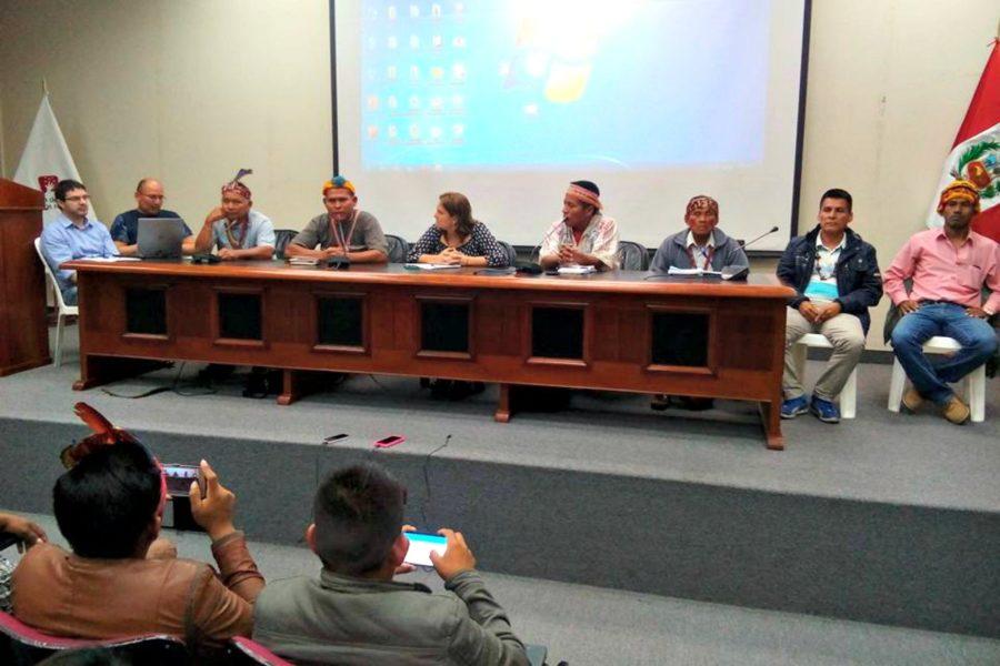 Firma del acuerdo entre el Gobierno peruano y líderes de Saramurillo. Al centro la ministra de Justicia y Derechos Humanos, Marisol Pérez Tello. Foto: Feconat.