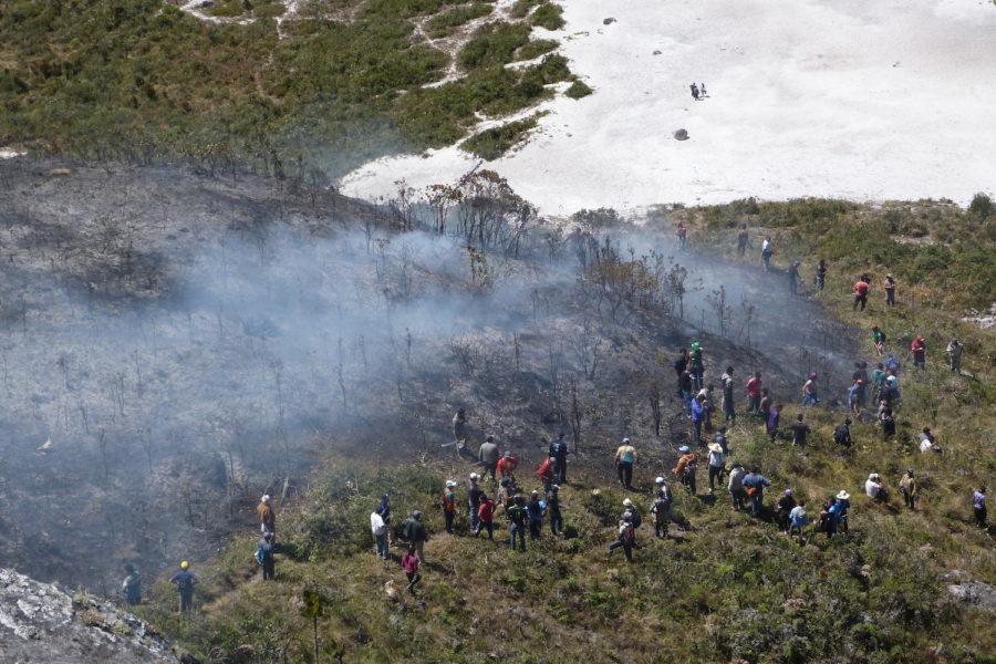 Pobladores y autoridades, junto a un grupo de bomberos especializados de Cusco, trabajan para intentar controlar el fuego. Foto: Municipalidad de Cutervo.