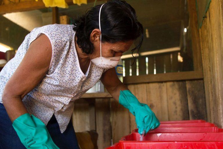 Los shiringueros de Ecomusa han logrado mejorar el proceso productivo integrado a los demás miembros de la familia. Las mujeres participan del trabajo contribuyendo de esta manera a la economía familiar. Foto de Pablo Merino.