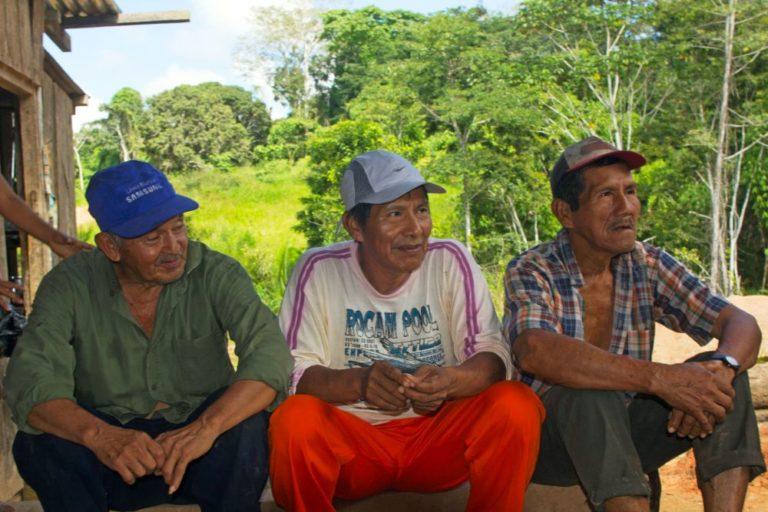Los miembros de Ecomusa, todos veteranos del caucho, Estanislao Alvarado, Gabriel Tangoa, Juan Noa, tienen más de 70 años. Foto de Pablo Merino.