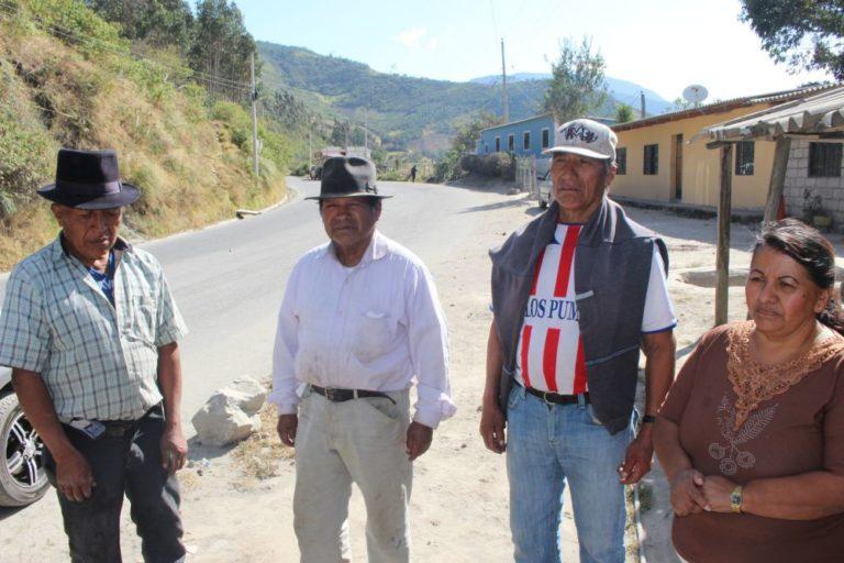 El grupo de comuneros de Perugachi que sigue exigiendo alguna compensación a la cementera. Otro grupo apoya el trabajo de la fábrica. Foto de Alfonso de la Torre.