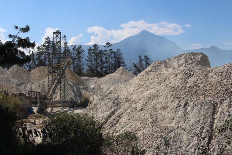 El material extraído de las canteras permanece a cielo abierto. Foto de Alfonso de la Torre.