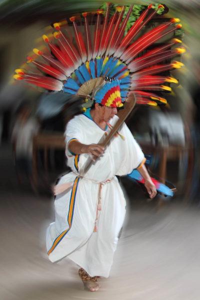 Danza autóctona de los Macheteros con plumaje alternativo. Foto cortesía de Oscar Yabeta /Armonía.