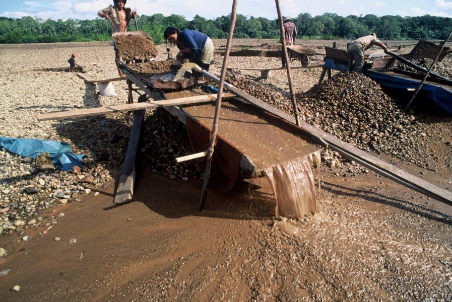 Draga para extraer oro y otros minerales de los ríos en Bolivia. Foto: André Bärtschi / WWF Regional.