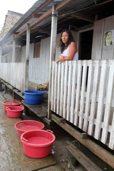 Cubos que captan agua de lluvia, la única fuente segura de agua para beber y cocinar desde que hubiera un derrame de petróleo en el pueblo indígena Kukama, de Cuninico, en 2014. Foto por Barbara Fraser.