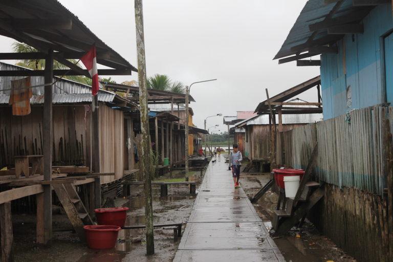 COVID19 Tras el derrame en Cuninico los pobladores recurrieron a la lluvia para tener acceso a agua limpia. Foto: Copyright © Barbara Fraser.