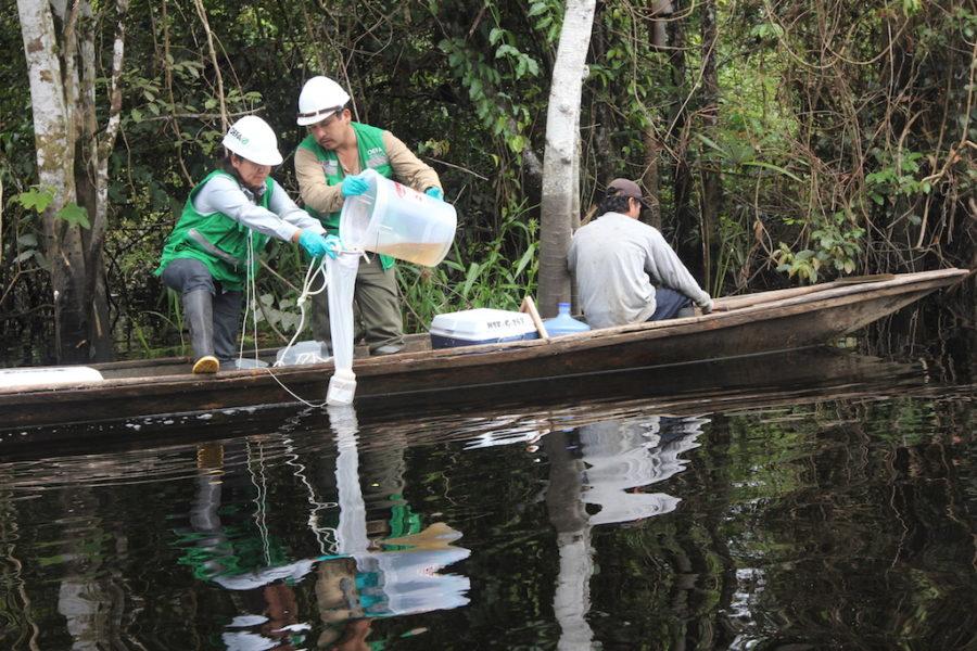 Un equipo de monitores de la OEFA extraen muestran en una de las fuentes de agua de la comunidad de Cuninico. Foto: Copyright © Barbara Fraser.