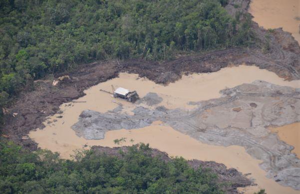 En el proceso de extracción del oro se contamina el agua de los ríos con mercurio. Foto de WWF-Colombia