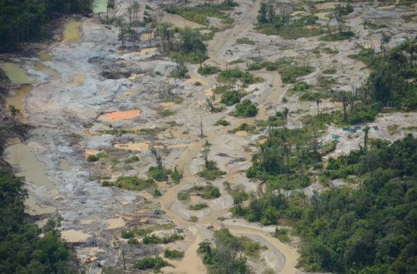 La extracción ilícita de minerales en todo el territorio nacional, pero en especial en el departamento del Chocó, se debe a la falta de un adecuado control por parte de diferentes entidades públicas encargadas de la regulación de la minería. Foto de WWF-Colombia