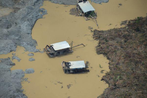 Las dragas que se utilizan en los ríos. Fotografía: WWF-Colombia