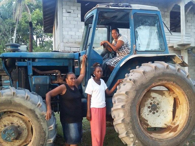 Los madereros de Kwakwani Jennifer Edwards en el tractor, y (de izquirda a derecha) Devina Palls y Lorraine Franco. Foto de Akola Thompson para Mongabay