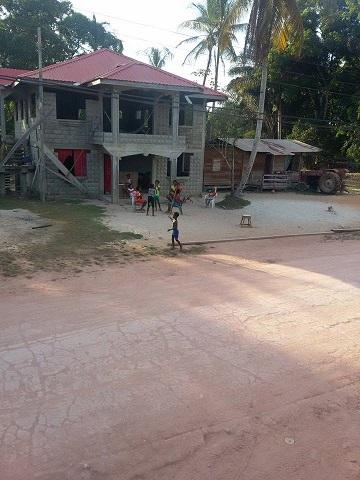 Niños jugando cerca de la carretera en Kwakwani, Guyana. Foto de Akola Thompson para Mongabay