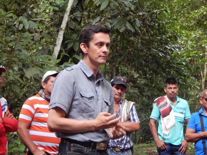 Jaime Alberto Barrera, investigador del Sinchi, en la estación experimental El Trueno en El Retorno Guaviare en una capacitación con los campesinos. Foto de Marisol López (Sinchi).