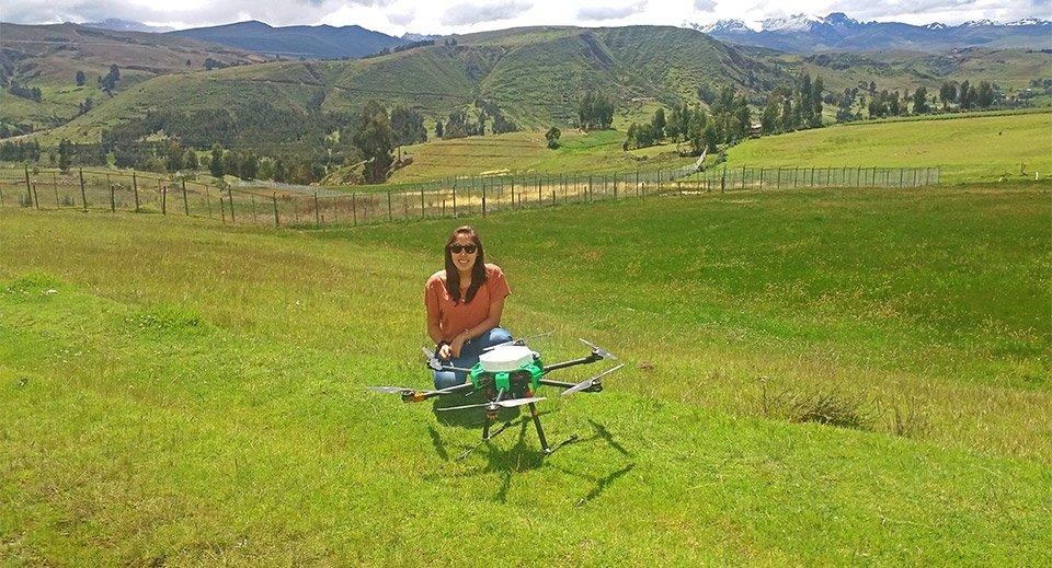 Mónica Abarca con uno de los drones del proyecto. Foto: qAIRa.