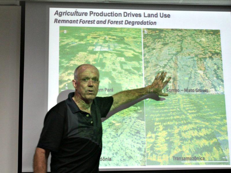 Timothy Killeen explicando la deforestación en diferentes áreas de América del Sur. Foto: Lorena Flores Agüero.