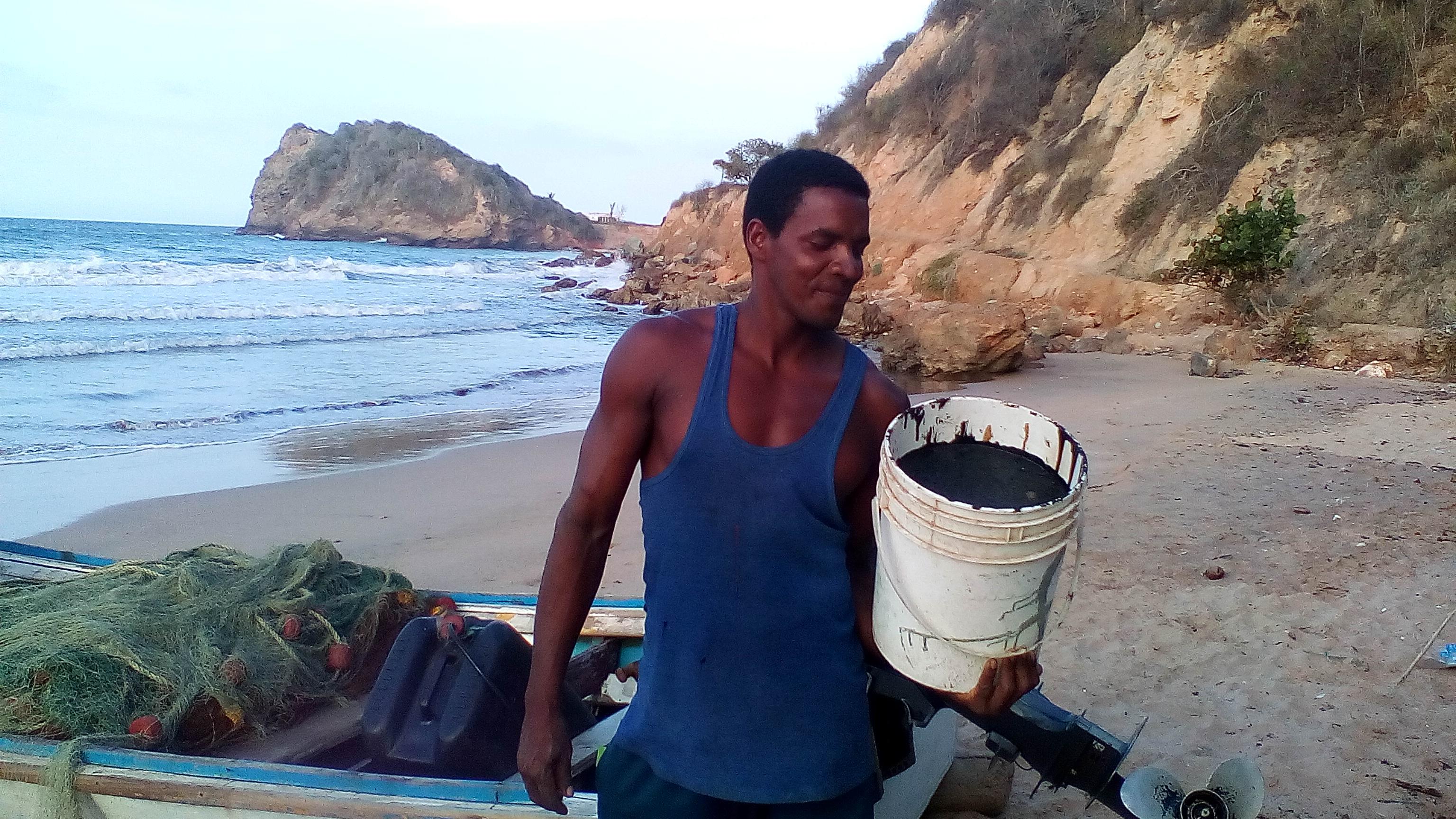 Así recolectan el crudo en Playa Los Cocos, para reparar botes y grietas en las viviendas. Foto: Aruska Hernández.