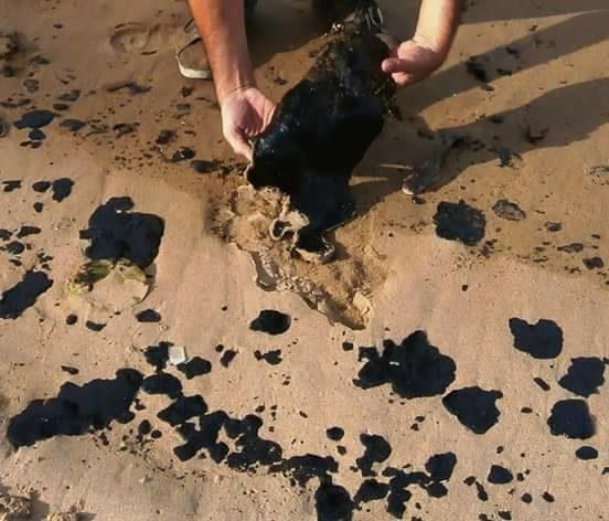 Restos de petróleo recogidos por los pescadores. Foto: Oscar Lugo.