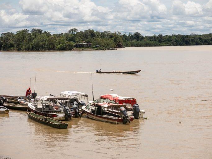 Día Mundial del Agua: Un lugar de estacionamiento improvisado para botes en el río Atrato cerca de Quibdó, capital del Chocó. Foto de Bram Ebus para Mongabay