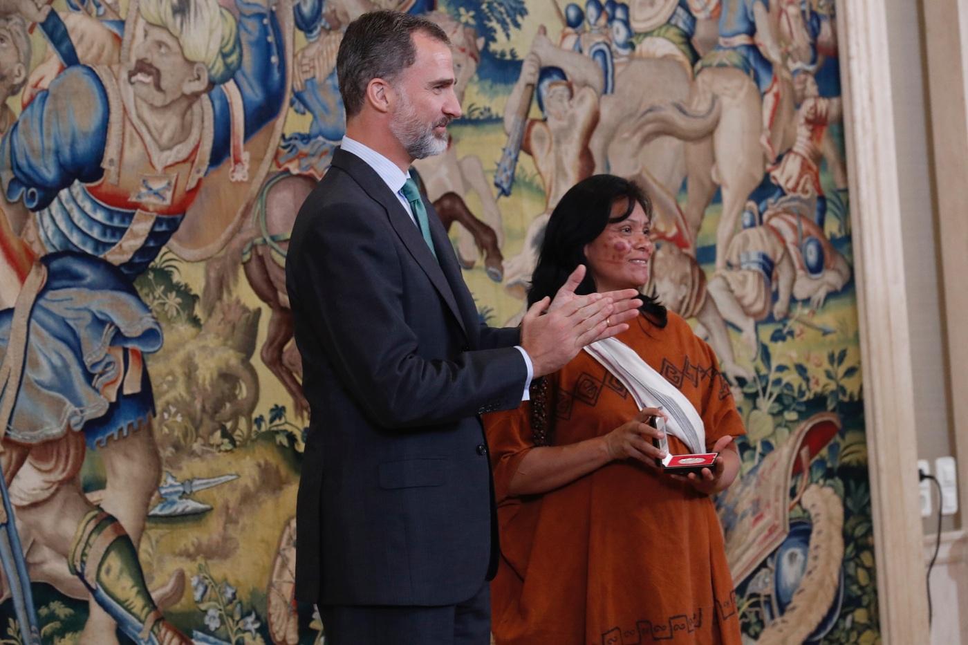 Per rey de espa a entreg premio bartolom de las casas a la l der ind gena ruth buend a - Pueblos de espana que ofrecen casa y trabajo 2017 ...