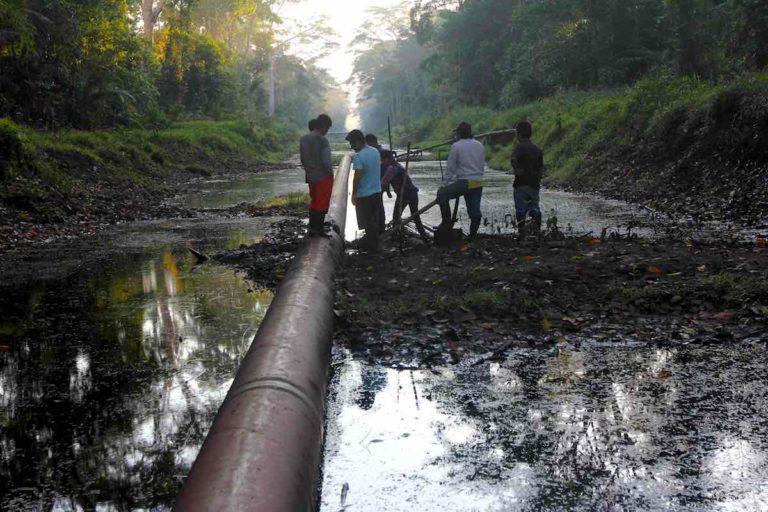 Los derrames de petróleo en la Amazonía es un tema que debe tomar en cuenta la propuesta de modificación de la ley de hidrocarburos. Foto: Barbara Fraser.