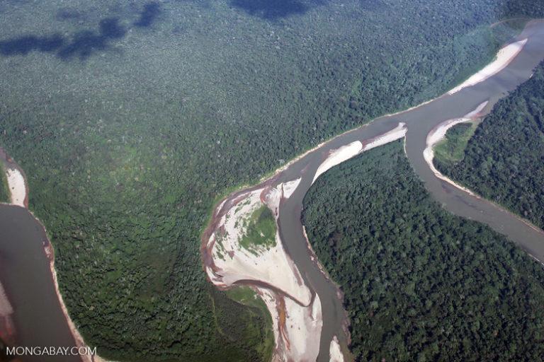 Un río que llega al Amazonas. En temporada de bajo caudal se pueden ver los meandros. Foto: Rhett Butler / Mongabay.