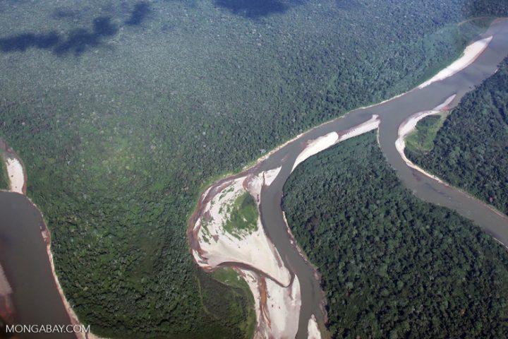 Afluente del Amazonas en época de bajo caudal, cuando se observan meandros. Foto: Rhett Butler/Mongabay.