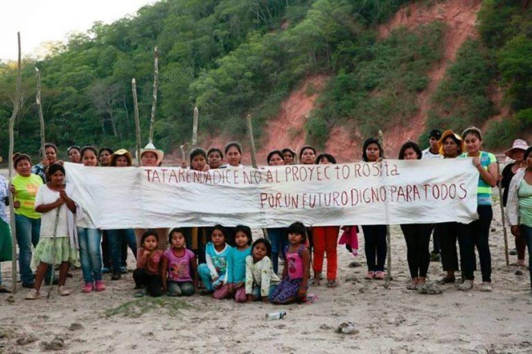 Algunos pobladores de Tatarenda Nuevo durante una movilización realizada en mayo de 2017 en rechazo a la represa Rositas. Foto: Isapi Rua.