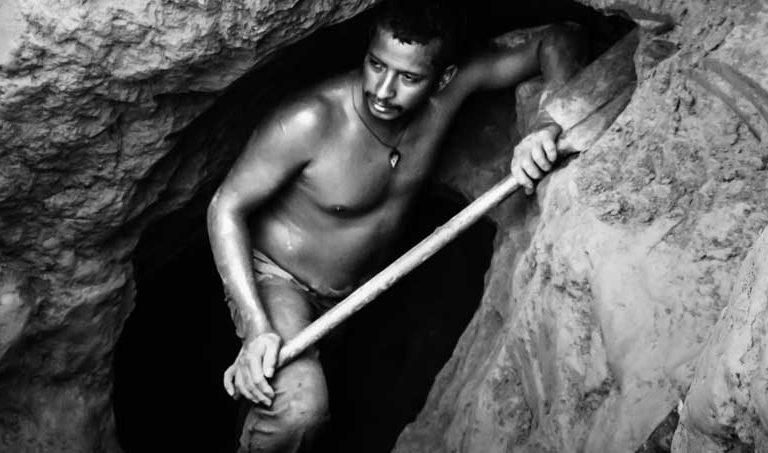 Mineros abren un nuevo túnel en una mina ilegal en las cercanías de Tumeremo, en el estado de Bolívar