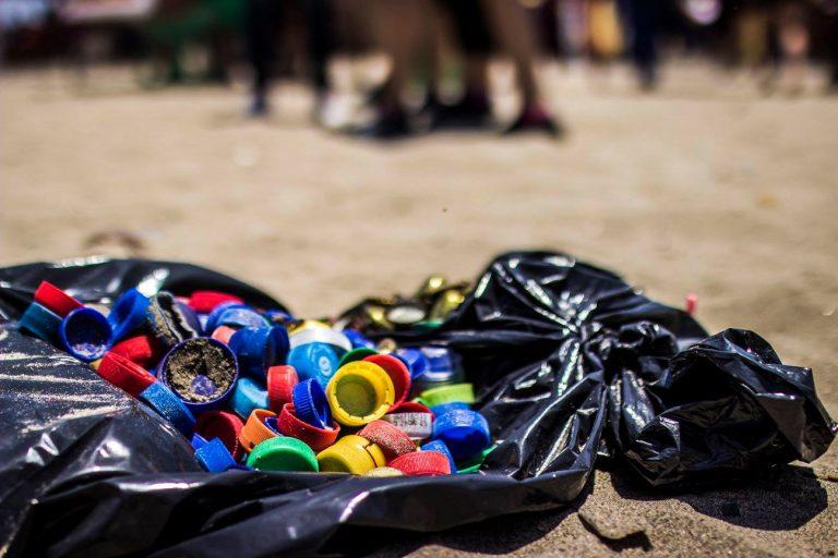 Desechos de plásticos llegan todos los días a las playas y el mar. Foto: L.O.O.P