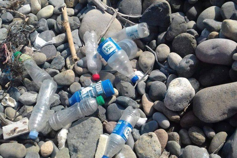 Botellas plásticas y otros elementos de este material se encuentran en las playas de Perú. Foto: L.O.O.P