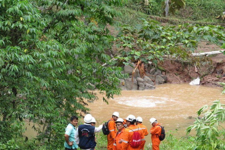 Un grupo del Programa de Monitoreo Ambiental Comunitario y trabajadores de Coga -operadora de TGP- llegaron el domingo a verificar el derrame cerca al río Urubamba. Foto: Gabriel Urquia Sebastián.
