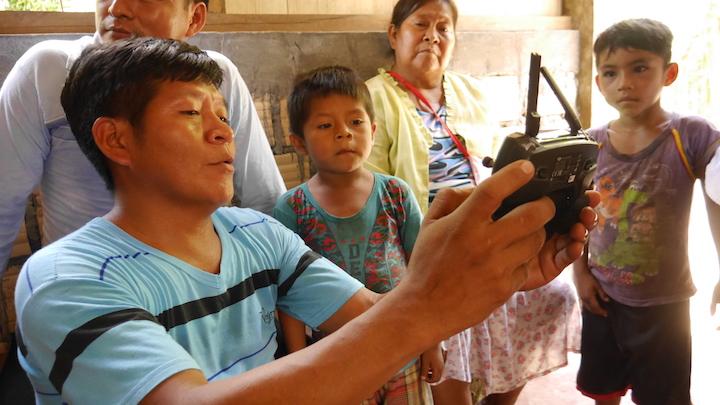 Fidel Sandi le muestra a su aldea cómo operar un dron. Foto: Dan Collyns.